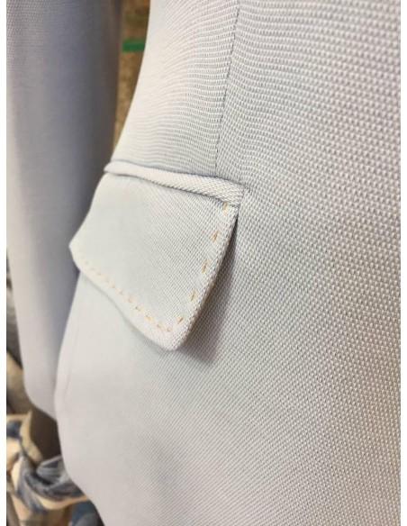 Bolsillos de tapeta con pespunte en color camel.