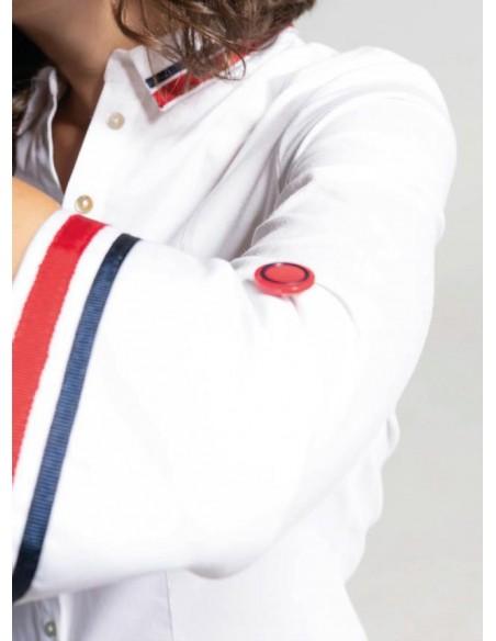 """Detalle de la manga de la camisa """"Tuy"""",  con botón decorativo y ribete bicolor."""